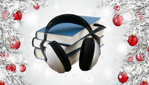 Kopfhörer auf Bücherstapel mit weihnachtlicher Umrandung © Seite23, Alexander Limbach, stock.adobe.com