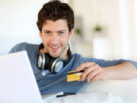 Mann sitzt vor einem Laptop und hält eine Kreditkarte in der Hand © goodluz, fotolia.com