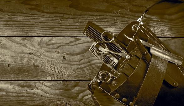 Friseurutensilien auf Holztisch © vallerato, stock.adobe.com