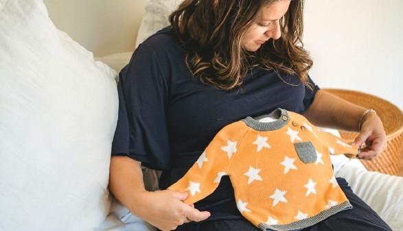 Schwangere mit Babykleidung © Amina Filkins, Pexels