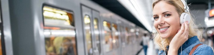 Junge Frau am Bahnsteig © Halfpoint, stock.adobe.com