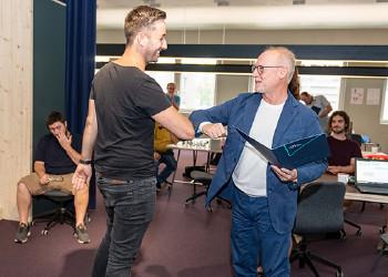 22 Coderinnen und Coder erhielten aus der Hand von AK-Direktor Rainer Keckeis ihre Diplome. © AKV, Jürgen Gorbach