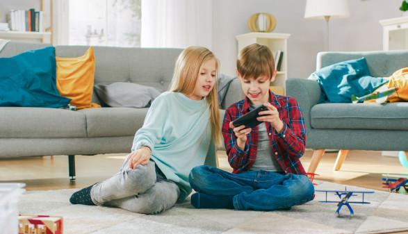 zwei Kinder spielen am Handy © Gorodenkoff, stock.adobe.com