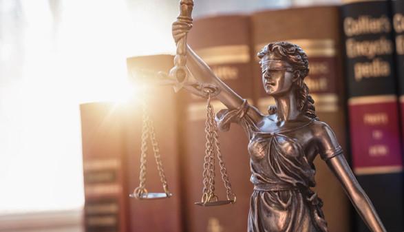 Justizia vor Gesetzbüchern © rcfotostock, stock.adobe.com