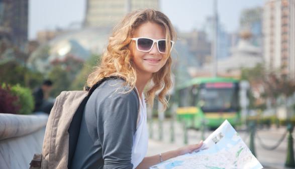 junge Frau mit Rucksack und Karte © olezzo, stock.adobe.com