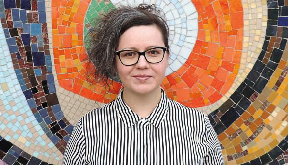 Nadine Kegele vor Mosaicwand © Michael Poscoleri