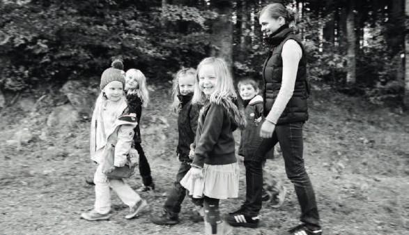 Kinder mit Betreuerin im Wald © Archivscan