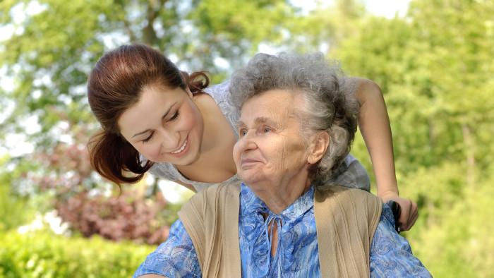 Pflegerin mit Seniorin © Adobestock