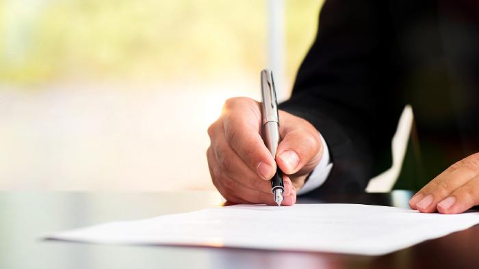 Jemand unterschreibt Vertrag © ilkercelik , stock.adobe.com