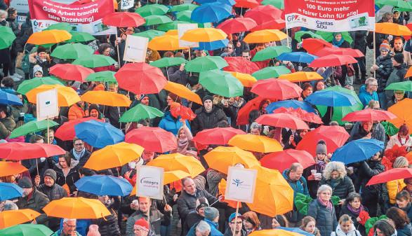 1300 Teilnehmer mit aufgespannten Schirmen © Mathis Fotografie