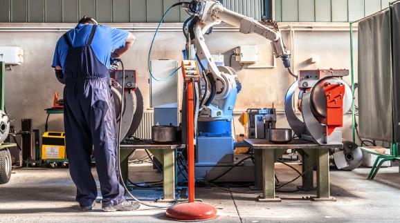 Mensch und Maschine bei der Arbeit © Adobe Stock, BigBlueStudio