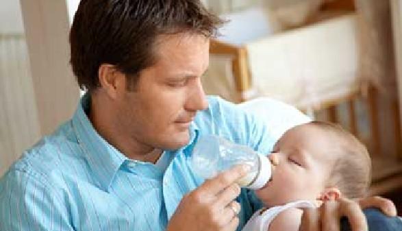 Vater gibt Baby Fläschchen © Günter Menzl, Fotolia.com