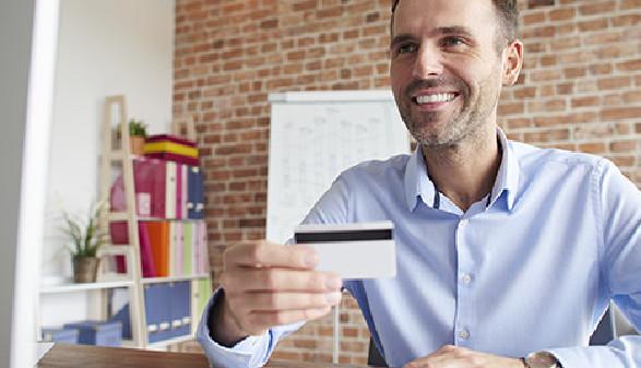 Mann mit Kreditkarte in der Hand © gpointstudio, Fotolia