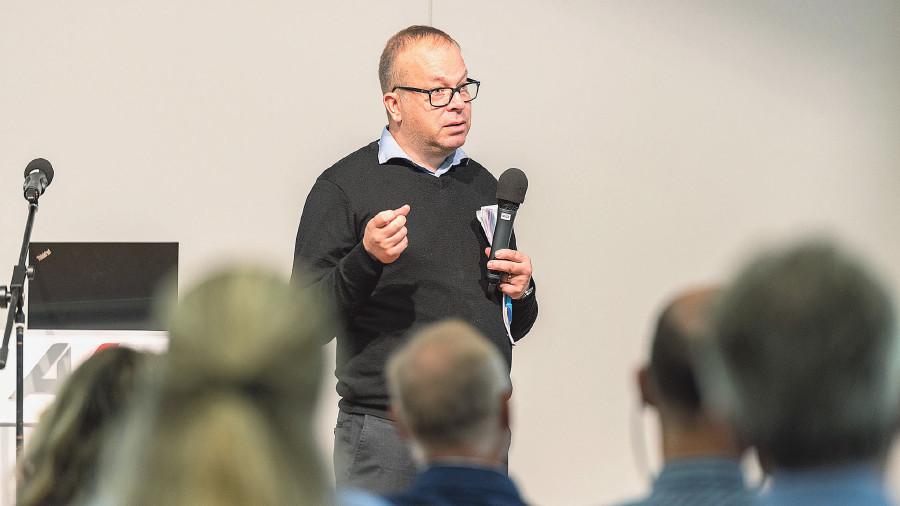 Magnus Kjellsson erzählt den Kammerräten die Erfolgsstory der schwedischen Gewerkschaft Unionen. © AK Vbg